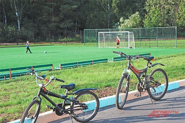 Школьное футбольное поле открыто длявсех жителей, важно, чтобы их матчи  не мешали урокам.