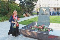 Вдова дважды Героя Советского Союза ВиталияПопкова возлагает цветы кмемориальному камню наобновлённой аллее «Победа».