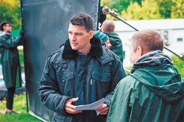 Популярный актёр  Даниил Страхов играет  в стартовавшем во Внукове сериале «Курорт цвета хаки» главную роль –  подполковника Стрельцова.