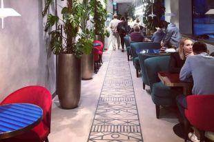 Фото кофейни, которая находится в парке