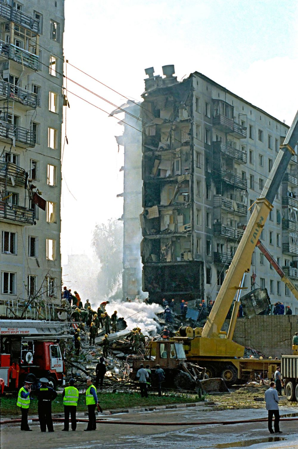 Разбор завалов на месте террористического акта на улице Гурьянова в Москве.