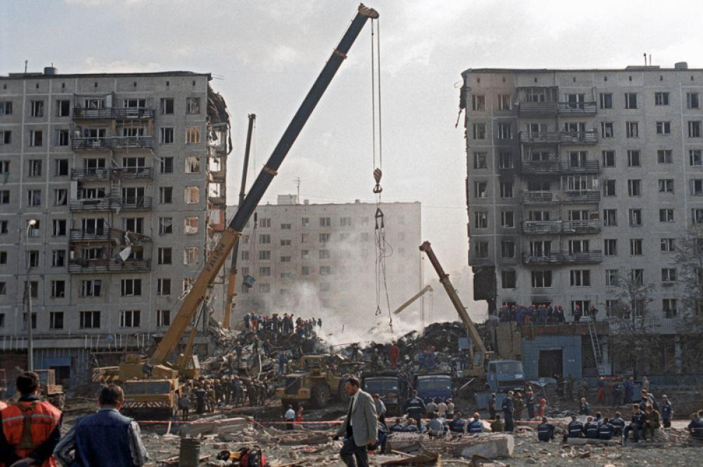 Спасательные работы на месте террористического взрыва жилого дома на улице Гурьянова в Москве, в результате которого погибли 106 человек.