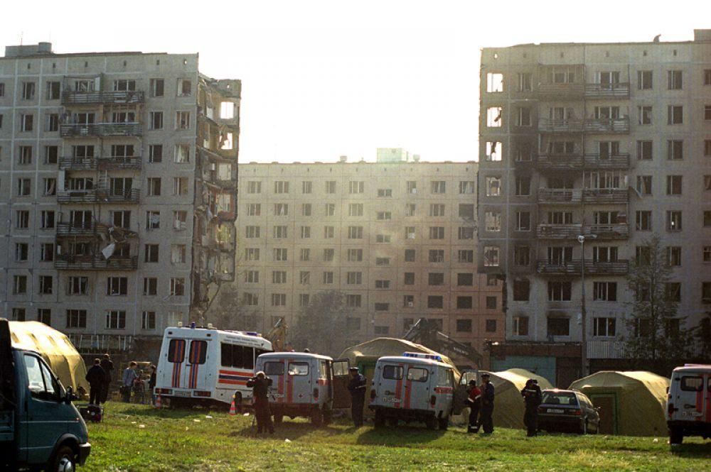 Спасатели и техника расчищают завалы на месте взрыва жилого дома на улице Гурьянова.