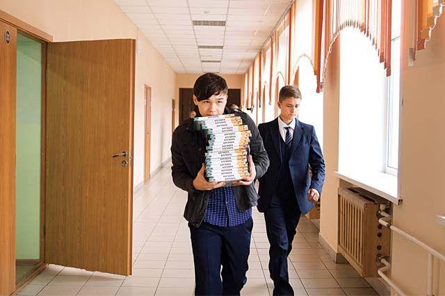 Почти полмиллиона учебников получили тюменские школьные библиотеки