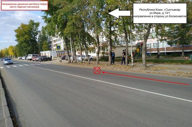 Перед пешеходным переходом автобус резко затормозил.