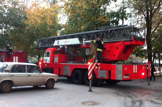 В пожаре в омской пятиэтажке пострадал хозяин горящей квартиры