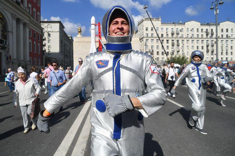Актёр в костюме космонавта на Тверской улице.