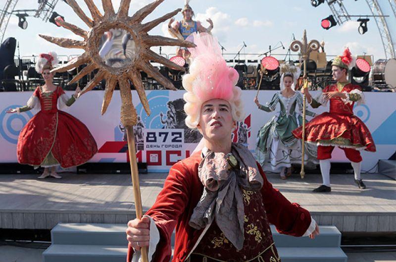 Участник праздничного парада на Тверской улице.