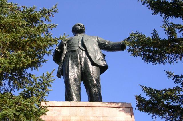 Монумент установили на территории частного дома в Еловском районе.