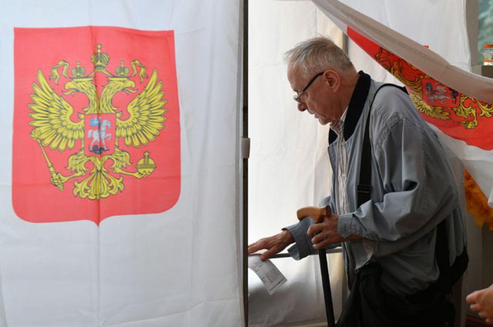 Житель Москвы голосует на выборах в Московскую городскую Думу на избирательном участке №173.