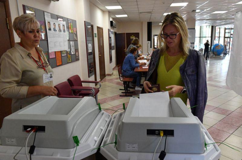 Жительница Москвы голосует на выборах в Московскую городскую Думу на избирательном участке №173.