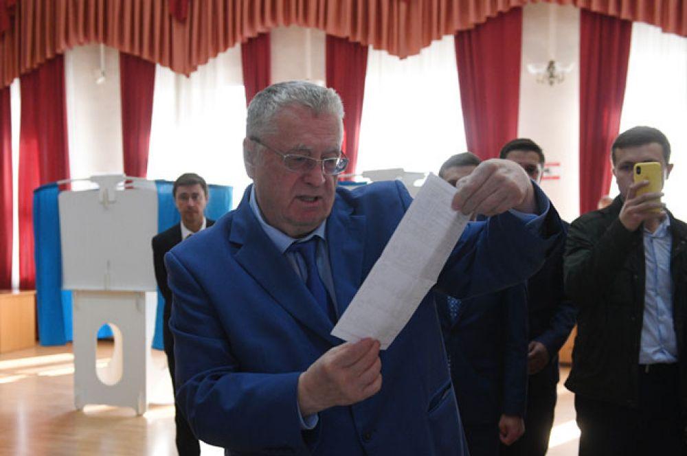 Лидер ЛДПР Владимир Жириновский голосует на выборах в Московскую городскую Думу на избирательном участке в Москве.