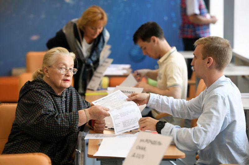 Жительница Москвы голосует на выборах в Московскую городскую Думу на избирательном участке № 90.