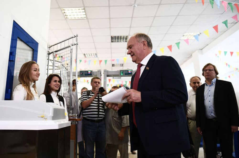 Председатель ЦК КПРФ Геннадий Зюганов голосует на выборах в Московскую городскую Думу на избирательном участке No142.