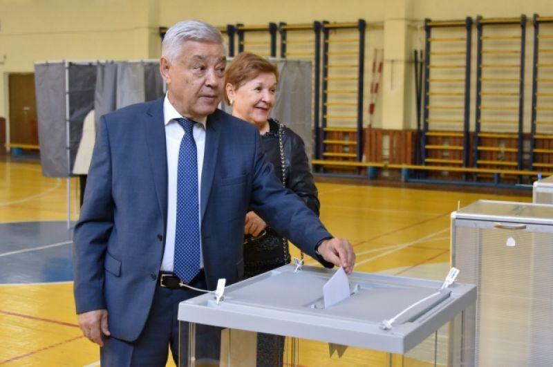 Глава татарстанского парламента Фарид Мухаметшин с супругой голосовали на избирательном участке.
