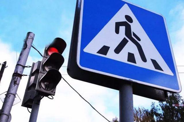 Мужчина переходил дорогу на красный сигнал.