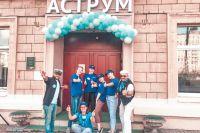 Сотрудники и учащиеся творческих студий ДК «Аструм» ждут посетителей у входа в культурный центр в день открытых дверей.