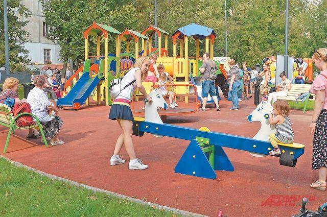 Парковая зона вдоль ул. Сеславинской отд. 16 дод. 42 вместила всебя площадку сдетским городком, которая успела стать излюбленным местом у юных жителей.