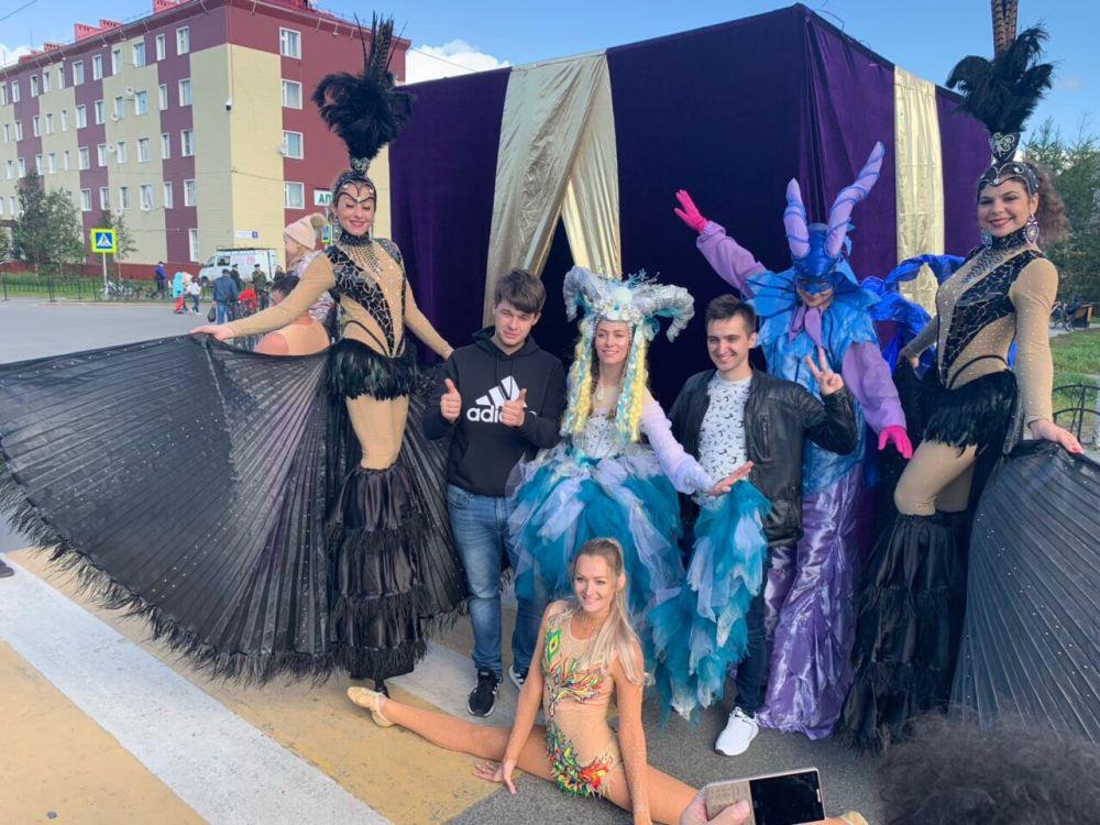 В День города ходулисты и акробаты наполнили Салехард яркими красками и создадали атмосферу венецианского карнавала.