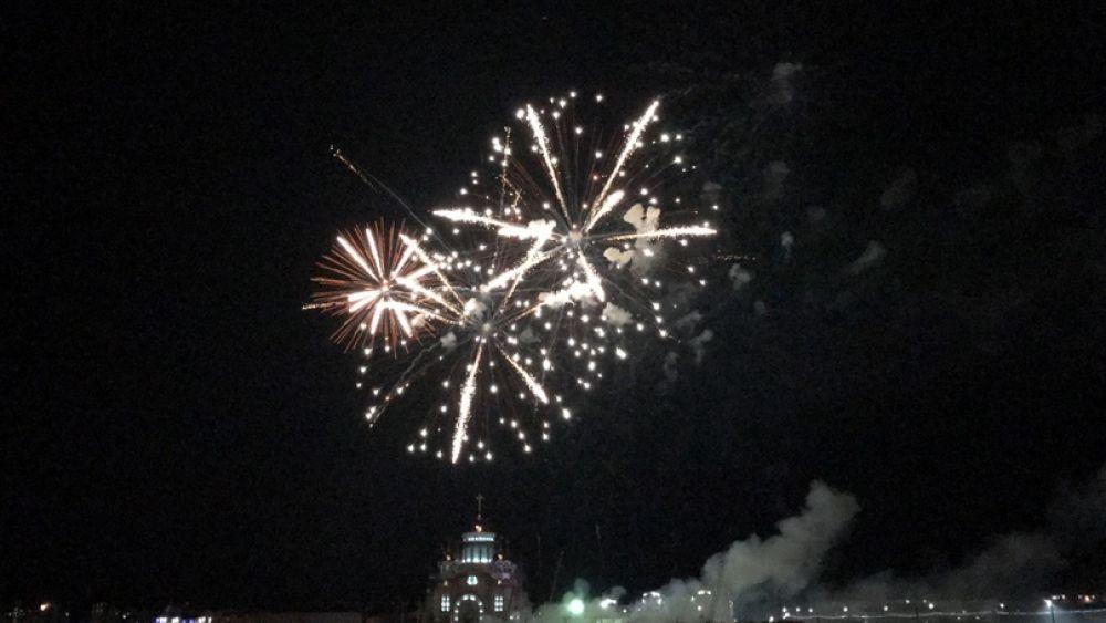 Ровно в 23.00 небо над окружной столицей озарилось яркими вспышками невероятной красоты праздничного салюта.