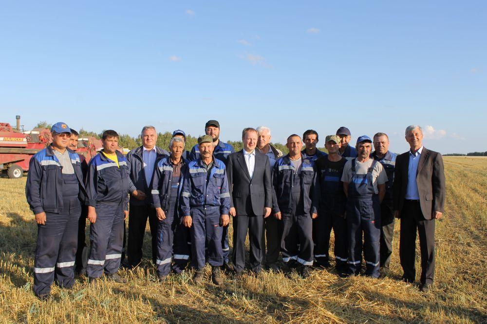 Виктор Томенко встретился в полях с механизаторами ООО «Мерабилитское» и обсудил текущую уборку урожая