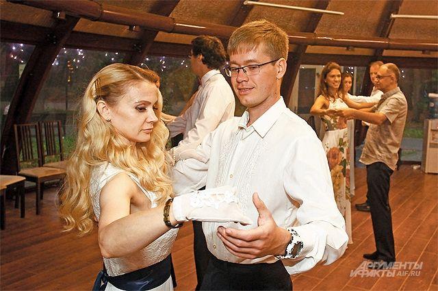 На мастер-классы поисторическим танцам участники приходят вкрасивых платьях икостюмах.