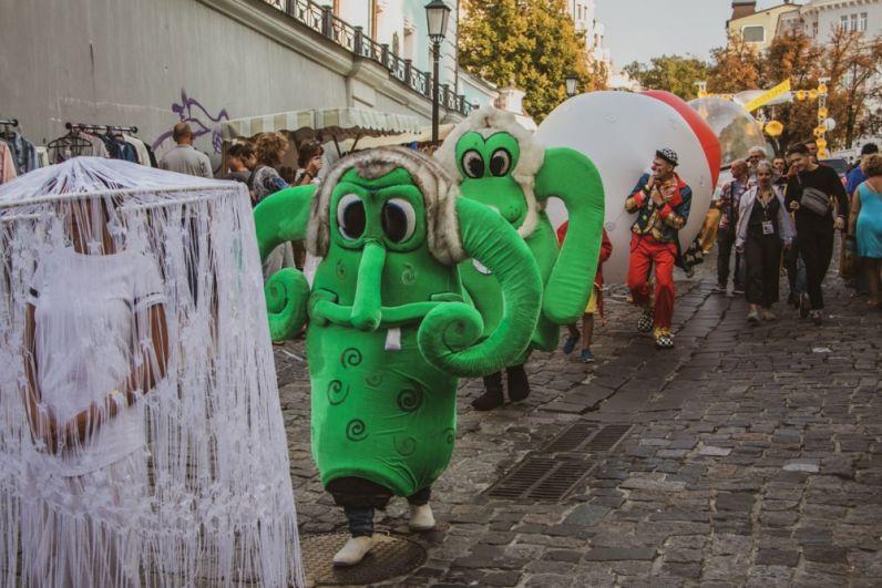 на Андреевском спуске с самого утра, 7 сентября, разыгрывались целые представления и карнавалы, открылась ярмарка и музеи и все для того, чтобы показать, какой нарядной и красивой может быть одна из основных исторических улиц Киева!