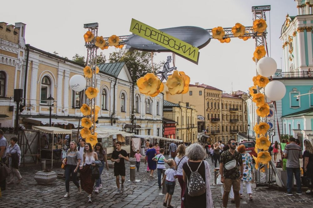 Андреевский спуск недаром называют украинским Монмартром - столько на этой улице содержится исторических памяток и памятников, театров и значимых для истории Киева и Украины мест.