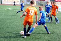 На поле сошлись юные футболисты.