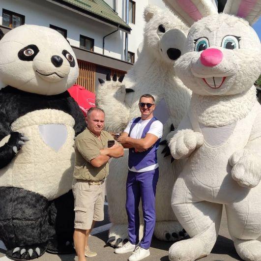 А еще под Киевом прошел уже традиционный ПапаFest, где одним из гостей был шоумэн и отец двух дочек Дядя Жора. Папа-слет представлял собой тусовку пап и их детей, а также мастер-классы от психологов, тренинги и выставки.