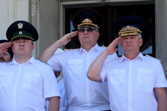 Генерал-майор Александр Мешков посередине.