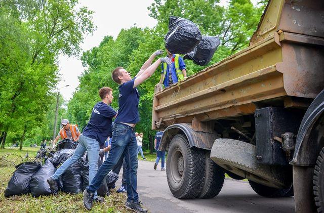 Ежегодно на осеннюю  уборку выходит около ста тысяч человек.