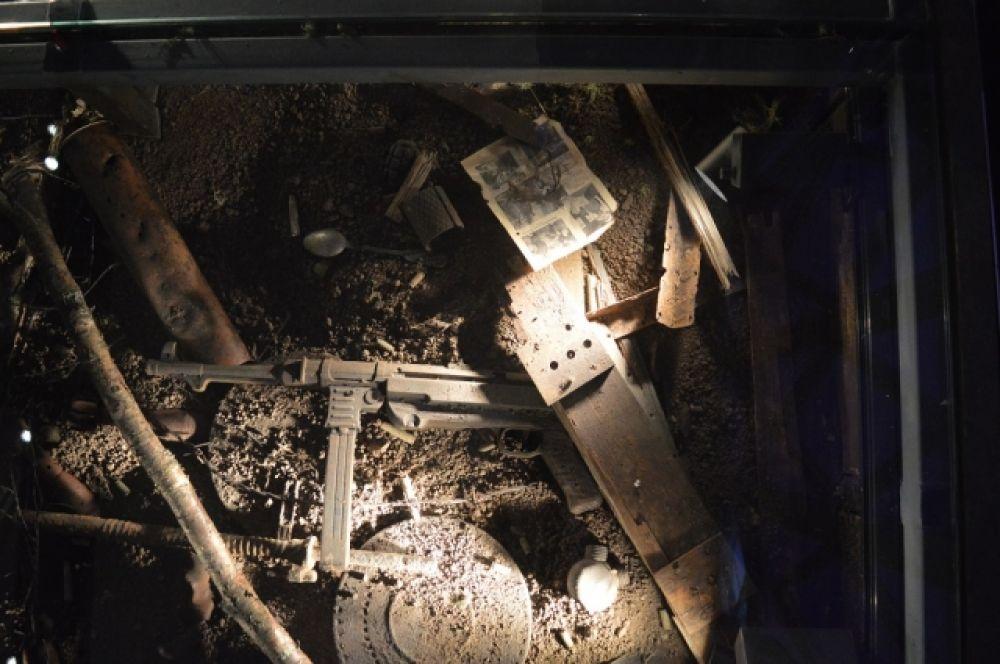Зал для экспозиций разделили на несколько частей, задействовав и пол: посетителям придётся идти по стеклянной поверхности, где замурованы предметы войны.