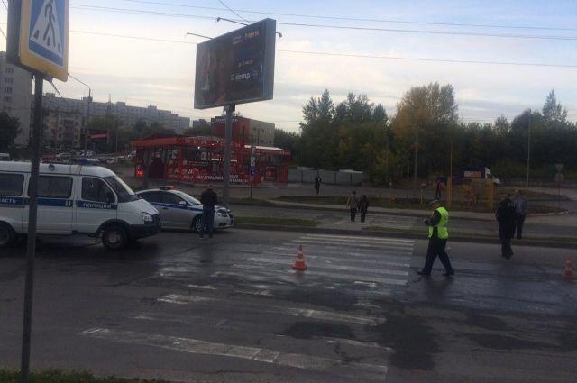 Автобус НЕФАЗ двигался по маршруту №34 со стороны улицы Объединения с левым поворотом на улицу Мясниковой по кольцу и в зоне пешеходного перехода совершил наезд на женщину.
