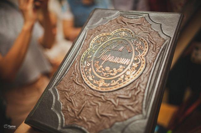 В библиотеке есть уникальные издания, стоимость которых оценивается в тысячи рублей.