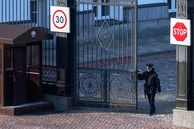 Сотрудник ФСО закрывает ворота на территории московского Кремля.