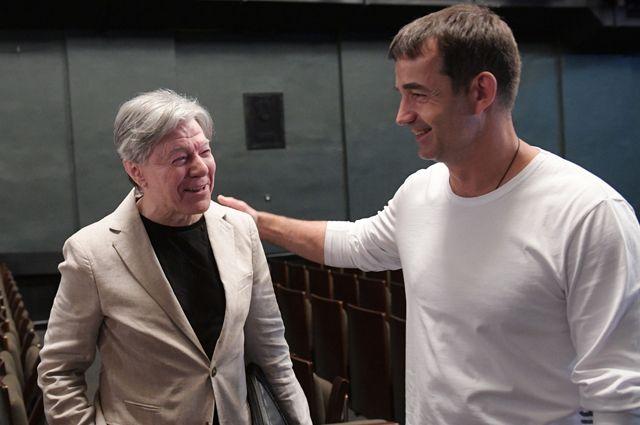 Александр Збруев и Дмитрий Певцов во время сбора труппы Московского государственного театра «Ленком» в преддверии 93-го театрального сезона.