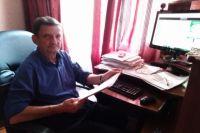 Рабочее место Виталия Майкова постоянно занято документами по разным делам