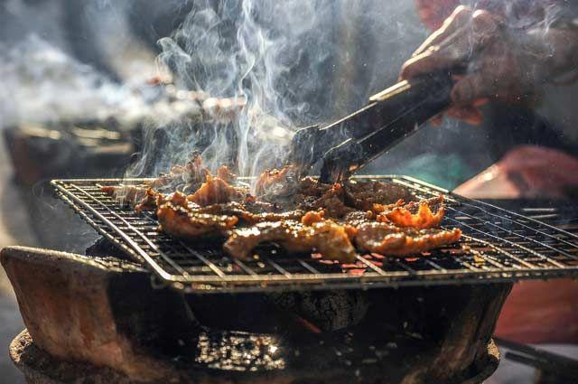 Хорошая погода располагает к приготовлению пищи с дымком.