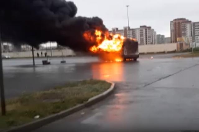 На парковке у гипермаркета в Омске сгорела маршрутка
