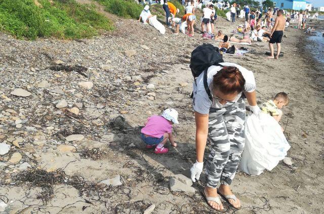 Добровольцы собрали сотни мешков мусора с популярного пляжа.