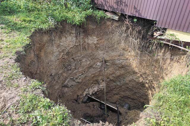 Глубина воронки, которая образовалась на территории частного дома, девять метров.