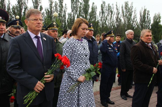 Владимир Корбут и Оксана Фадина возглавили шествие.