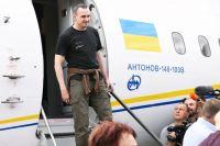 Олег Сенцов во время встречи участников договоренности об освобождении между Россией и Украиной в аэропорту Борисполь.
