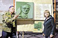 Елена Зорина-Новосёлова (на фото справа): «Исполнителем мемориального знака я видела только Алексея Залазаева (слева)».