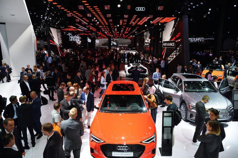 Посетители у автомобиля Audi Е-tron 55 quattro.