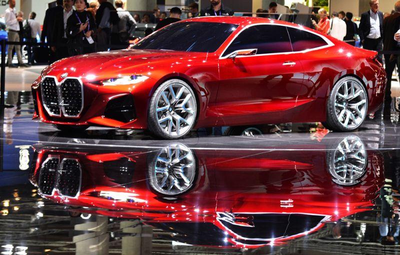 Посетители у автомобиля BMW Concept 4.