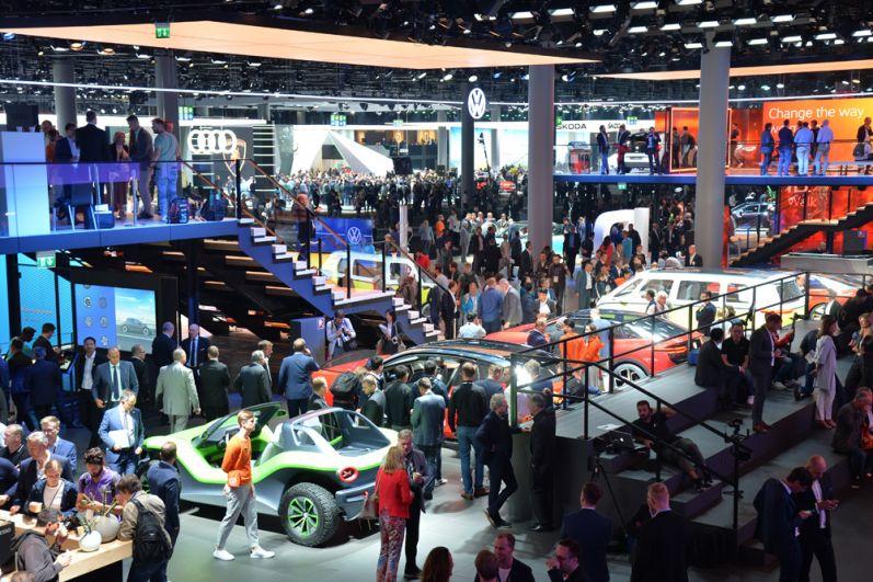 Посетители у автомобилей Volkswagen.