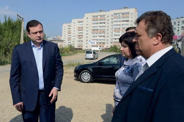 Алексей Островский (слева) пообещал и.о. начальника областного департамента по транспорту и дорожному хозяйству Андрею Бахову (справа), что тот расстанется с должностью, если не выполнит поручение.