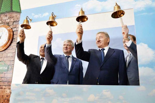 Позвонив в символические колокола, почётные гости дали старт производству.